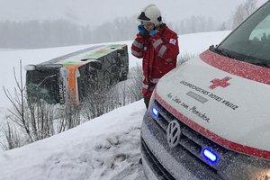 В Австрии перевернулся автобус с десятками пассажиров: есть пострадавшие
