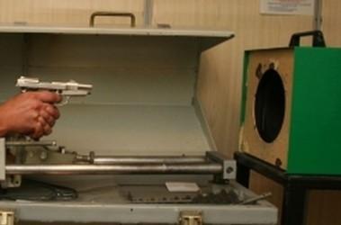 """Эксперт-баллист МВД стреляет боевыми патронами из стартового пистолета, купленного сотрудниками  """"Сегодня """", перед тем..."""