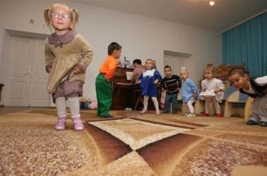 Смотрите, как я могу! Дети из из Домов малютки танцуют, чтобы понравиться. Фото Ю. Кузнецова
