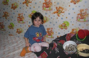 В Ловозере на улице нашли беспризорную трехлетнюю девочку