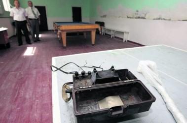 Камера пыток. В этой комнате человека заставляли писать явку с повинной при помощи электротока. Фото МВД Украины