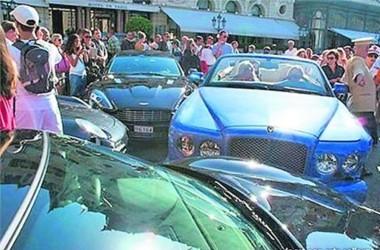 Benz porsche которые ри протаранила авария произошла возле входа казино игровые автоматы бесплатно без ругистрации