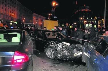"""В """"Бентли"""", протаранившем 8 авто на Крещатике, сидела дочь ...: http://www.segodnya.ua/regions/kiev/v-bentli-protaranivshem-8-avto-na-kreshchatike-cidela-doch-pokojnoho-dzharty-foto-video.html"""