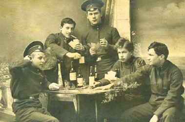 Гимназическая дисциплина. До революции ее нарушали так же, как и современные школьники - с бутылкой, картами и сигаретой