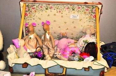 Врач-рентгенолог Харьковской областной поликлиники №2 Елена Фигалюк релаксирует за излюбленной вышивкой и шитьем кукол