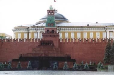 В ночь на четверг в Москве приезжий из Крыма бросил 2 бутылки из-под пива в Мавзолей Ленина.