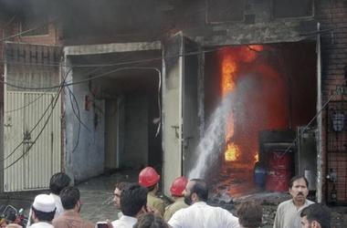 Жертвами пожара на фабрике в Пакистане стали три сотни человек