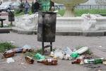 """""""Грязные"""" фото Киева. Детская площадка утопает в мусоре, а берег Вырлицы усеян бутылками"""