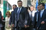 """В Одессе к приезду Януковича постелили новый газон, толпа кричала """"Спасибо!"""", а инвалиды устроили потасовку из-за зонтов ПР"""