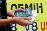СМИ: Валютную панику в Украине спровоцировали киевские бабушки