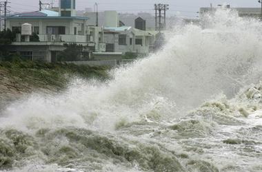 На Японию обрушился мощный тайфун, принято решение об эвакуации населения