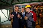 Тони Блэр без каски гулял по гигантскому заводу Пинчука