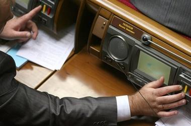 Закарпатського нардепа звинуватили в кнопкодавстві (ВІДЕО)