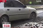 В Киеве в огромную яму проваливаются машины и люди