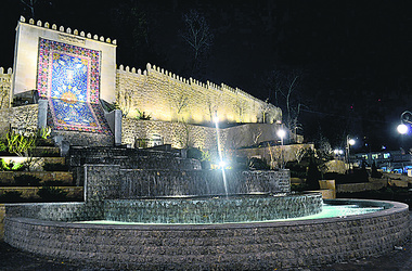 Азербайджанцы установили в Киеве фонтан в виде ковра