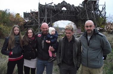 <p><span>Сильная команда. Демин в день рождения дочери знакомил ее с режиссером-пятиборцем и юными актерами. Фото: А. Кеременчикли</span></p>