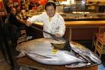 В Токио гигантского тунца продали за $1,8 млн