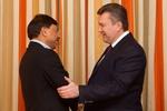 Янукович в отличном настроении рассказывает в Давосе об Украине