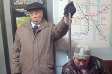 <p>Мужчина, похожий на Азарова, едет в киевском метро. Фото: Фейсбук</p>