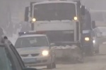 На заснеженных трассах Украины замерзают дальнобойщики, а гаишники толкают авто