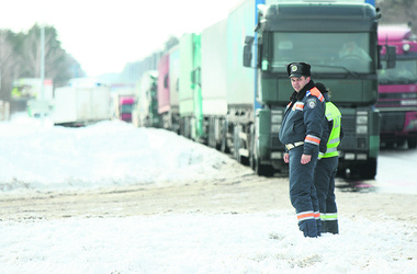 Для эвакуации киевлян свозят технику из 7 областей. Угроза затопления Киева