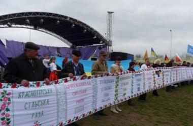 Украинские мастерицы создали самый длинный в мире вышитый рушник