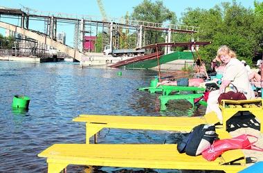 <p>Гидропарк. Топчаны с отдыхающими практически плавают, но народ не унывает и продолжает загорать</p>