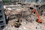 На руинах рухнквшей фабрики в Бангладеш спасатели продолжают искать тела погибших.