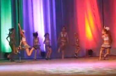 школьницы танцуют стриптиз онлайн