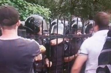 <p>Бунт. В пятницу несколько сотен человек собралось под Святошинским отделением милиции. Фото: tvi.ua</p>