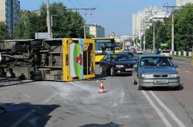 <p><span>Водитель микроавтобуса не справился с управлением.</span>Фото:comments.ua</p>