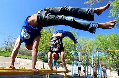 <p>Для тренировок не обязательно ходить в тренажорный зал, достачно подручных средств.</p>