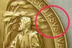 Ватикан выпустил 6 тысяч папских медалей с ошибкой в имени Иисуса