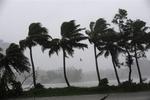 Уже 18 рыбаков пропали у побережья Индии из-за урагана