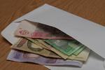 Зарплату в конвертах получают 75% украинцев