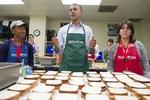 Обама борется с финансовым коллапсом в США приготовлением сендвичей