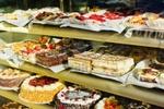 Украинцам в магазинах продают торты и пирожные, сделанные из испорченных сладостей
