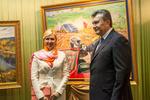 """Януковичу в Донецке подарили портрет и пожелали, чтобы """"пыль не застилала глаза"""""""