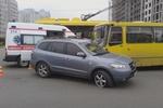 В Киеве молодая девушка на внедорожнике врезалась в маршрутку с людьми