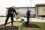 Лукашенко к приезду Януковича с Путиным садил и закапывал