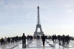 Гринписовец завершил акцию протеста на Эйфелевой башне