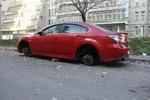 В Киеве с дорогой машины сняли все колеса