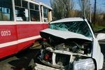 В Краматорске лихач на белом джипе протаранил трамвай