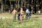 В киевском парке горожане загорают без одежды