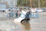 В Киеве на улице провалился грунт, машина упала в огромную яму