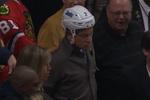 Зритель снял с хоккеиста шлем во время игры НХЛ