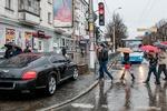 В Крыму водитель припарковал Bentley под светофором