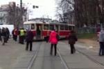 В Киеве трамвай сошел с рельсов и перегородил дорогу