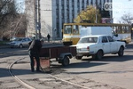 Житель Горловки собственноручно латает ямы на городских дорогах