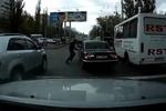 """В центре Одессы разъяренный маршрутчик избил водителя """"Волги"""""""